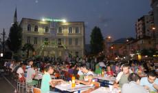 Sofra e iftarit mbledh qindra besimtarë përpara Medresesë së Tiranës