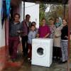 Myftinia Puke ndihmon nje familje me lavatriçe