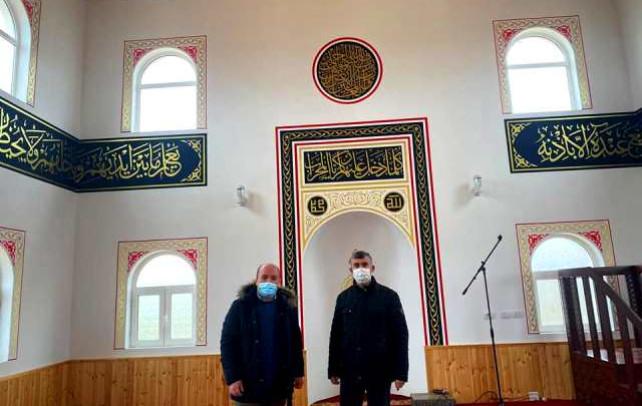 Myftiu i Pukes Gezim Kopani dhe drejtori i F. Miresia inspektojne perfundimin e punimeve ne xhamin Koder Hani