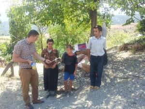 Familja Jaku ne fshatin Gojan duke marr ndihmat e grumbulluara nga Armir Mehaj dhe Ptv Gusht 2013