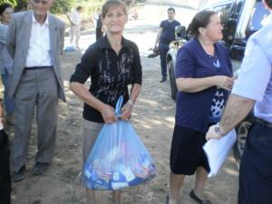 Duke shperndar pako me ushqime per familjet e varfra. Korrik 2013