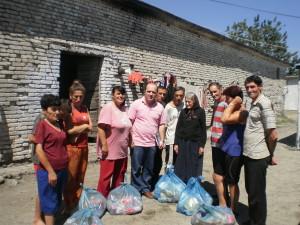 Duke shperndar pako me ushqime per familjet e varfra. 01.08.2013