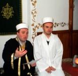 Gjate prezantimit te imamit te ri ne Xhamin e Pukes. Ne fotografi Myftiu Gezim Kopani dhe imami i Xhamise Puke Bekim Sokoli