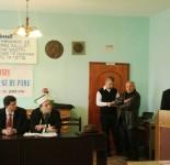 """Xhemal Meçi duke mbajtur kumtesen """"Si u arrit ne ndertimin e Xhamise se Re Puke"""" Date: 26.01.2014"""