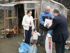 (Fotografi të bëra gjatë shpërndarjes së pakove, tek familjet e varfra)
