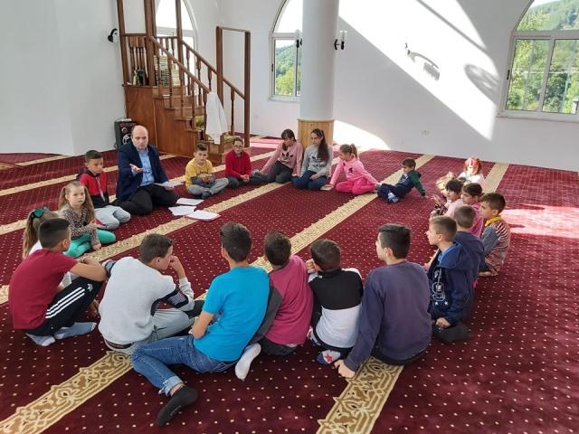 Fotografi e bere gjate zhvillimit te nje ore mesimi nga Myftiu i Pukes ne Mejtepin e Xhamise se fshatit Qerret-Puke