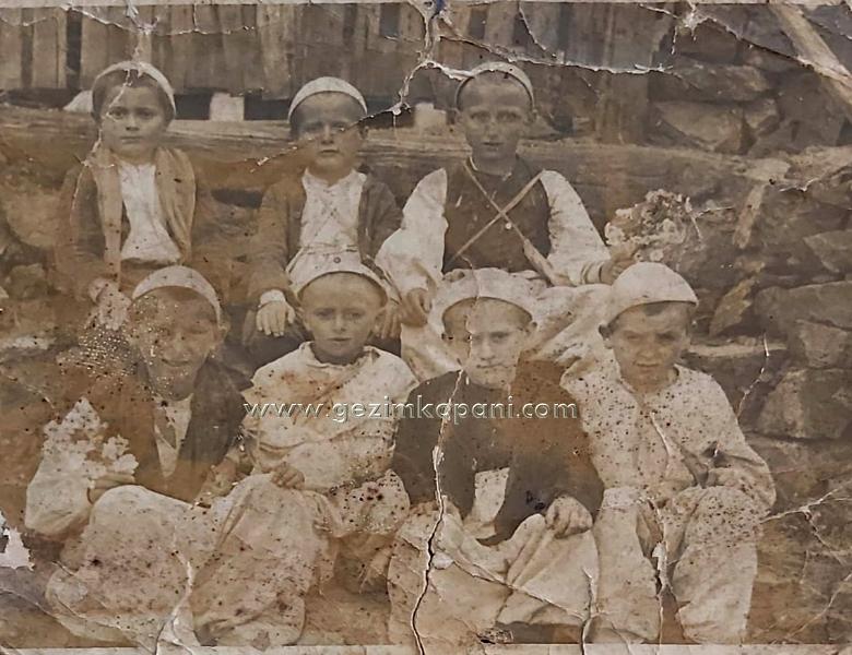 Nxenesit e fshatit Meçe Puke ne Mejtepin e fshatit Kabash-Puke. Fotografi e vitit 1935