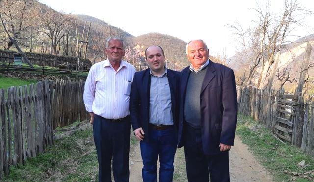 Ne mes Gezim Kopani (Myfti i Pukes) sebashku me Mehmetin (me xhaket) dhe Isufin (me kemish) Fotografia eshte bere ne vitin 2019 ne fshatin Trun, njesia administrative Blerim, Bashkia Fushe Arrez